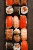Sushi e rotoli di sushi, nigiri dei sushi sul piatto di pietra Fotografie Stock