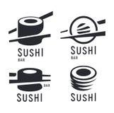 Sushi e rotolo con i bastoncini su fondo bianco, modello nero di logo di vettore Icone giapponesi monocromatiche di cucina messe Fotografie Stock Libere da Diritti