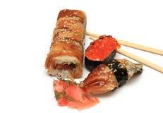 Sushi e rullo con un pesce affumicato Immagini Stock Libere da Diritti