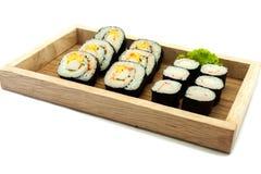 Sushi in een keukenraad die worden geplaatst Royalty-vrije Stock Afbeelding