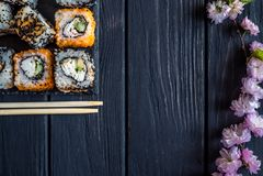 Sushi, eetstokjes en sakura stock foto's