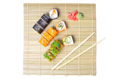 Sushi eingestellt auf die Bambusmatte Stockfotografie