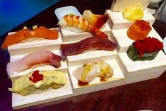 Sushi eingestellt auf die hölzerne Platte Stockfotografie