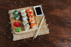 Sushi eingestellt auf einen dunklen hölzernen Hintergrund Stockbilder