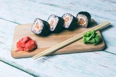 Sushi eingestellt auf einen hölzernen Behälter Stockbilder
