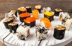 Sushi eingestellt auf hölzernen Hintergrund Stockbilder