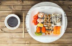 Sushi eingestellt auf hölzernen Hintergrund Stockfotografie