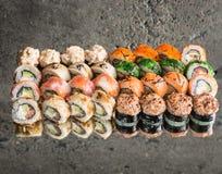 Sushi eingestellt auf konkreten Hintergrund Lizenzfreies Stockfoto