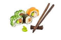 Sushi eingestellt mit den Ess-Stäbchen, horizontal Stockfotos