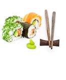 Sushi eingestellt mit den Ess-Stäbchen, vertikal Lizenzfreie Stockfotos