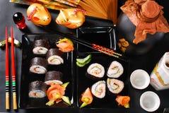 Sushi eingestellt mit Lachsen und Avocado Lizenzfreie Stockbilder