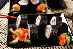 Sushi eingestellt mit Lachsen und Avocado Lizenzfreie Stockfotos