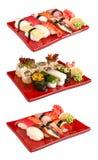 Sushi eingestellt in rote Platten stockfotos