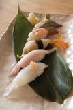Sushi em uma folha da banana Fotos de Stock
