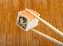 Sushi en baguettes en bois Photo stock