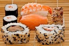 Sushi en bambú Imagen de archivo