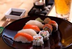 Sushi en bier royalty-vrije stock foto's