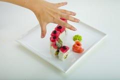 Sushi en handen Stock Foto's