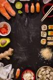 Sushi en ingrediënten op donkere achtergrond Royalty-vrije Stock Afbeelding