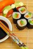 Sushi en la estera de bambú Imagen de archivo