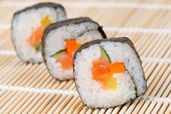 Sushi en la estera de bambú Fotos de archivo libres de regalías