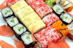 Sushi en la placa blanca en el primer blanco del fondo Fotografía de archivo