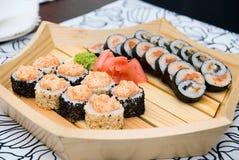Sushi en la placa de madera Fotos de archivo