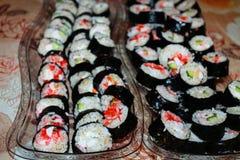 Sushi en las bandejas fotografía de archivo libre de regalías