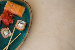 Sushi en placa de cerámica de la turquesa en el tablero de la mesa de mármol Fotos de archivo
