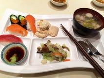Sushi en rijstballen Stock Afbeeldingen