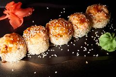 Sushi en salsa con wasabi y el jengibre imágenes de archivo libres de regalías