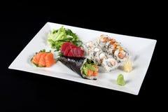 Sushi en sashimi met wasabi en groente in witte plaat Royalty-vrije Stock Foto