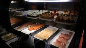 Sushi en sashimizeevruchten in ijskast royalty-vrije stock foto's