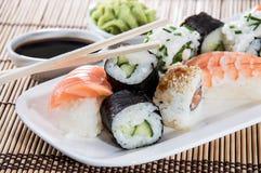 Sushi en una placa imagenes de archivo