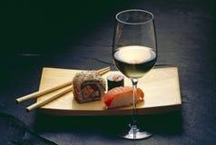 Sushi en wijn stock foto's