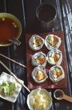Sushi essen, Misosuppe, Tee, Ingwer, Wasabi, Essstäbchen zu Mittag Lizenzfreie Stockfotografie