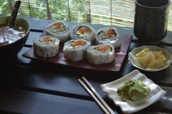 Sushi essen, Misosuppe, Tee, Ingwer, Wasabi, Essstäbchen zu Mittag Stockfoto