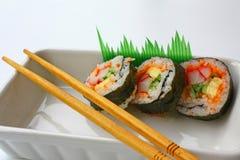 Sushi et baguettes Photographie stock libre de droits