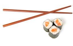 Sushi et baguettes Photo stock