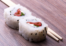 Sushi et baguettes Images stock