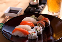 Sushi et bière Photos libres de droits