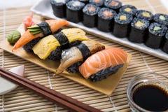 Sushi et Maki Roll noirs assortis Photo libre de droits