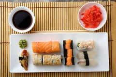 Sushi et petits pains du plat blanc photo libre de droits