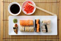 Sushi et petits pains sur la vue supérieure de plat photos stock