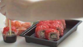 Sushi et roulis Dîner délicieux de fruits de mer Portion de style japonais banque de vidéos