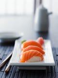 Sushi - färgrik laxnigiri i asiatisk inställning Fotografering för Bildbyråer