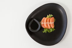 Sushi för fyra sashimi tjänade som med soya i svart platta Arkivbilder