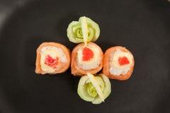 Sushi för nigiri som tre tjänas som i svart platta Arkivbilder