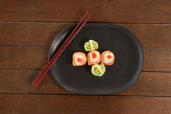 Sushi för nigiri tre tjänade som i svart platta med pinnar Arkivfoto