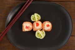 Sushi för nigiri tre tjänade som i svart platta med pinnar Fotografering för Bildbyråer